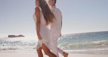casal caminhando juntos