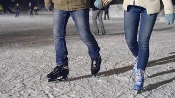 desfrutando de patinação no gelo juntos