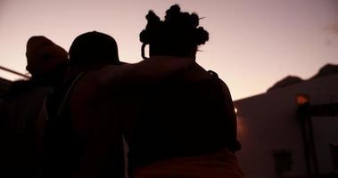 adolescentes avec style grunge courir ensemble au crépuscule video