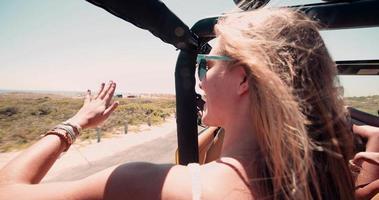 amiche in un viaggio di vacanza estiva insieme video