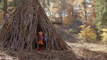 quattro bambini piccoli che giocano insieme in una foresta