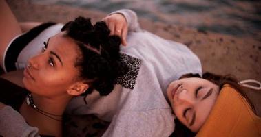 amici di ragazza teen grunge che si trovano insieme accanto all'acqua video