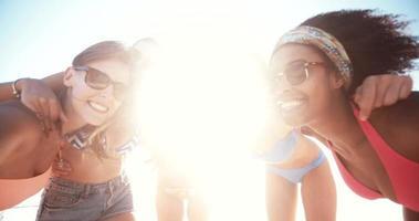 amici in spiaggia insieme in posa per una foto