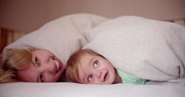 Baby und seine Mutter spielen zu Hause zusammen video