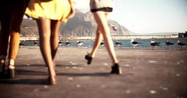 amici di ragazza grunge che camminano insieme in un porto