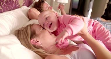 Familie spielt zusammen auf dem Bett am Morgen zu Hause video