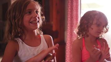 Drei kleine Mädchen helfen ihrer Mutter, Keksteig in Kugeln zu rollen