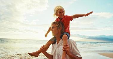 pai filho se divertindo na praia video