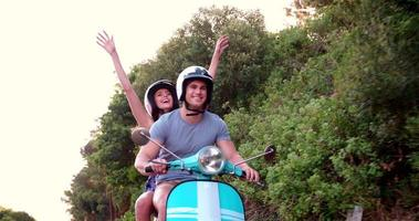 couple road trip sur leur scooter se sentant libre