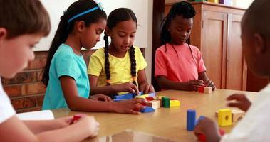 Schüler spielen mit Bausteinen im Klassenzimmer