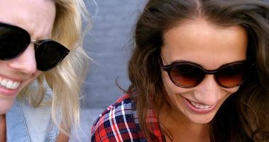 amigos interagindo uns com os outros e sorrindo video