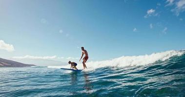 padre e sole che fanno surf video