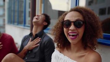 gente joven riendo en el balcón