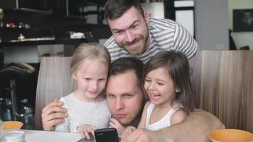 famiglia di genitori dello stesso sesso che scattano selfie giocosi