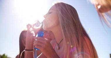 ragazza che soffia bolle con un gruppo di amici video