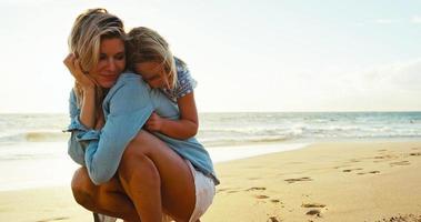 madre e hija jugando en la playa video