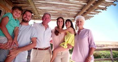 família de três gerações posando para um retrato