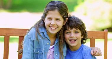 fratello e sorella che abbracciano sulla panchina del parco video