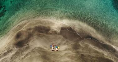 vue aérienne, de, jeune couple, délassant, sur, plage tropicale, vacances
