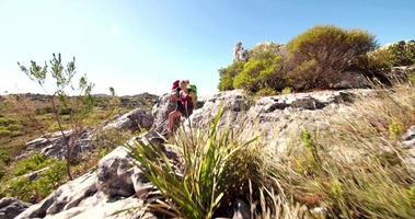 jeune couple de randonneur énergique randonnée en montagne dans la nature