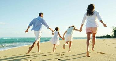 familia feliz en la playa video