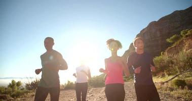 multiethnische Gruppe von Athleten, die auf einem Fußweg laufen video