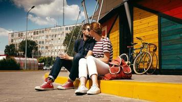 attraktives Paar ruhen mit Fahrrädern video