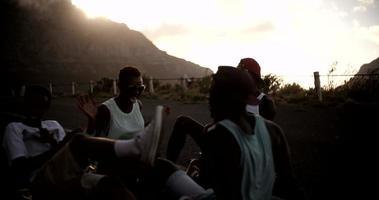 jeugdige tienervrienden die vrolijk chatten op hun longboards