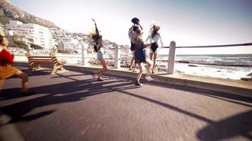 amigos adolescentes multiétnicos em uma viagem de verão com conversível video