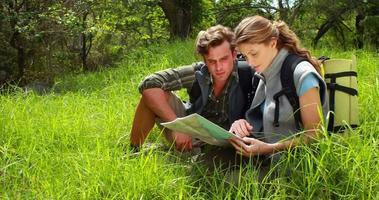 coppia di escursionisti con mappa che punta in avanti video