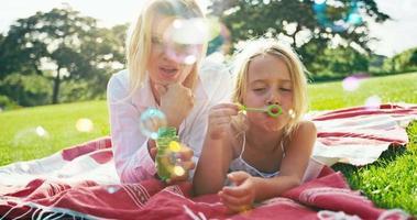 madre e figlia che si rilassano nel parco