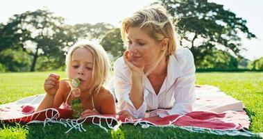 madre e hija descansando en el parque