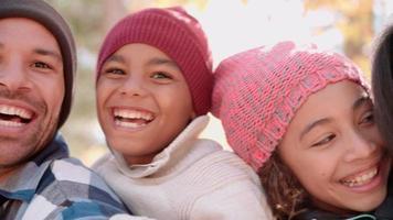 lächelnde afroamerikanische Familiengesichter im Freien, Handpfanne video