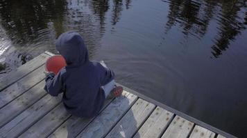 enfant garçon enfant pêche depuis le quai