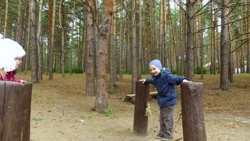 menino loiro e menina criança criança com óculos se divertindo no parque no parque. crianças pequenas se divertem no fim de semana juntos.