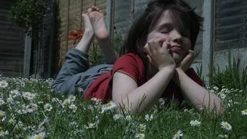 criança fofa posando e sorrindo para a câmera ao ar livre
