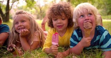 grupo racial mixto de niños amigos comiendo helados video