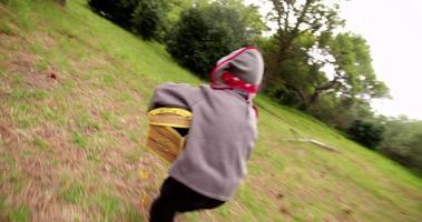 criança pirata fugindo com baú de tesouro