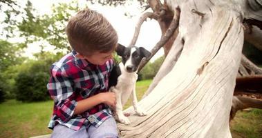 niño feliz con su perrito en su regazo