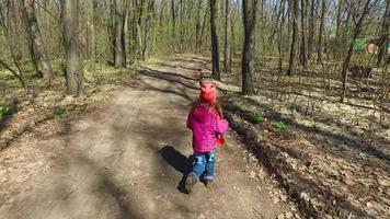 al bambino non piaceva la strada. ha deciso di allineare la strada.