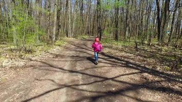 a criança não gostou da estrada. ela decidiu alinhar a estrada. video