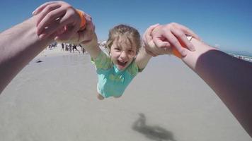 punto de vista, de, padre, balanceo, niño feliz, en, playa, ciudad del cabo, sudáfrica video