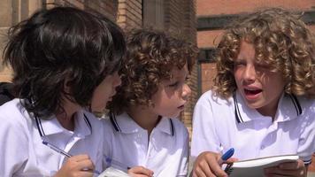 enfants ayant une conversation video