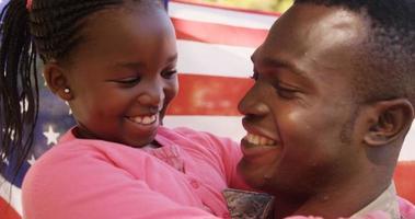 primo piano del soldato americano sta abbracciando sua figlia