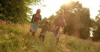 família explorando o parque video