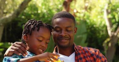 garotinho fazendo bolha de sabão com o pai