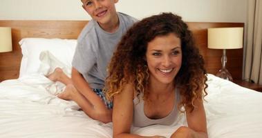 filho pulando na cama para abraçar a mãe video
