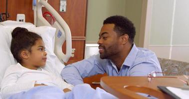 padre con figlia nel reparto pediatrico dell'ospedale girato su r3d