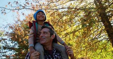 papá al aire libre con el hijo en la espalda