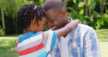 Mann umarmt seinen Sohn